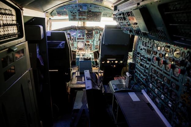 飛行機の古いアナログコックピット