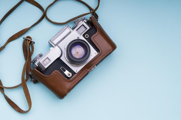 青い背景の古いアナログレトロカメラ