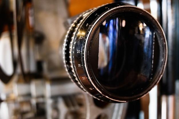 Старый анаморфный стеклянный объектив на старом кинопроекторе.
