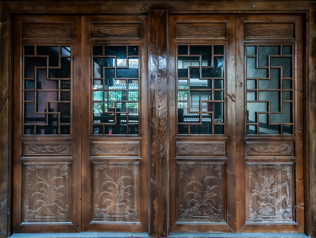 Старая древняя китайская традиционная складная дверь
