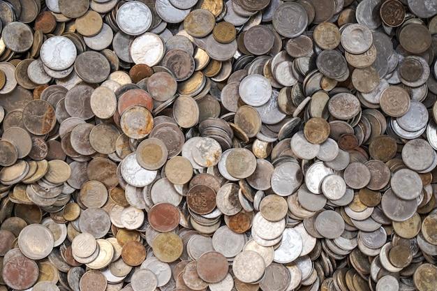 Старые древние монеты фон старые древние монеты фон много старых медных монет в сундуке
