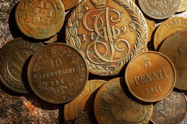 古い古代のコイン。ロシアとヨーロッパ諸国の金属マネー。上面図