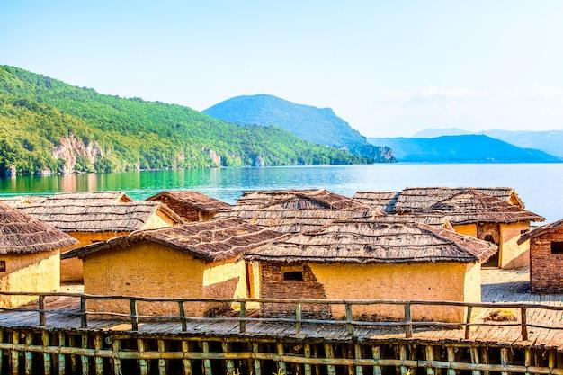 마케도니아의 오흐리드 호수에 있는 오래된 고대 마을 재건