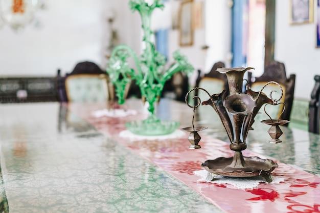 テーブルの上の古いとアンティークの花瓶の装飾