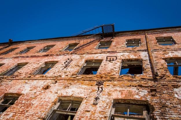 Старый и сломанный фон из красного кирпича.
