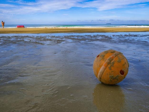 해변에서 오래 되 고 더러운 부 표 공