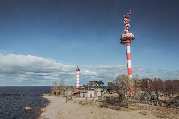 海岸の新旧の灯台。