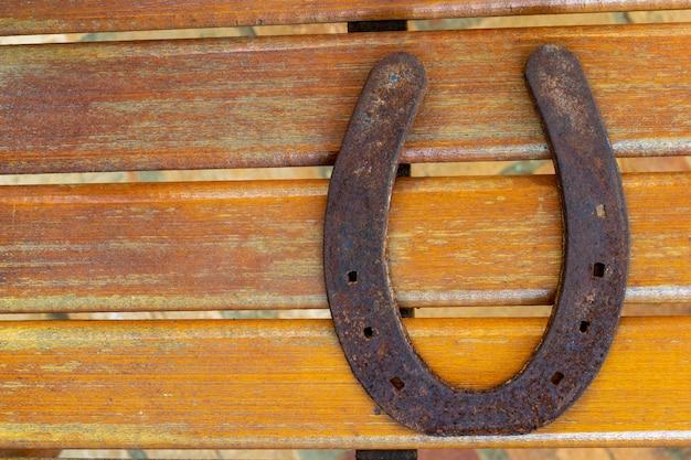 木の上の古くてさびた馬蹄形