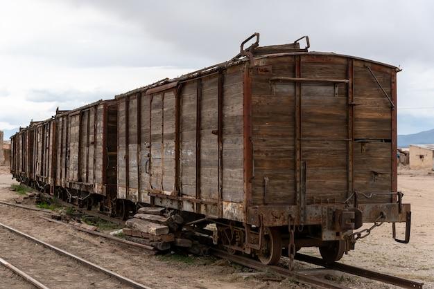 線路に捨てられた古くてさびた木造車両。ボリビア