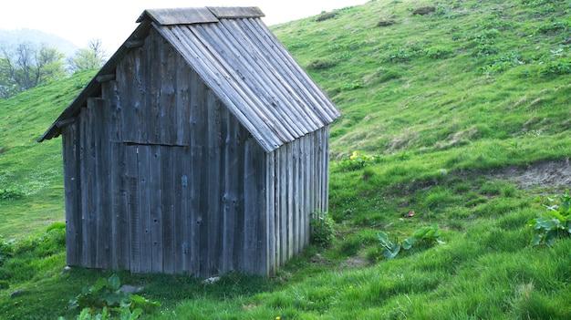 산에서 오래 되 고 전통적인 목조 주택