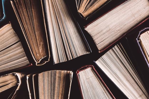 위에서 본 오래되고 사용 된 두꺼운 표지의 책 또는 교과서. 책과 독서는 자기 향상을 위해 필수적입니다