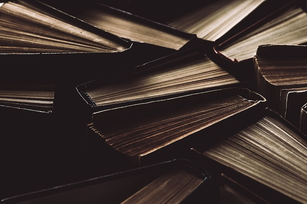 위에서 본 오래되고 사용 된 두꺼운 표지의 책 또는 교과서.