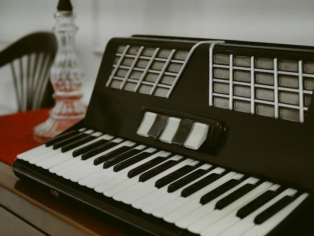 오래되고 빈티지한 미니 피아노