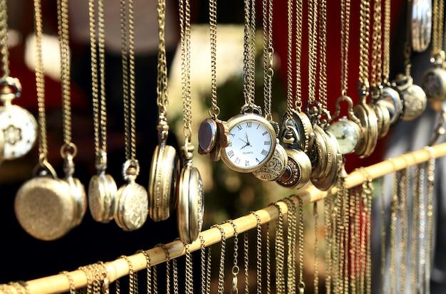 시장에 판매를 위해 노출 된 오래 된 골동품 회중 시계