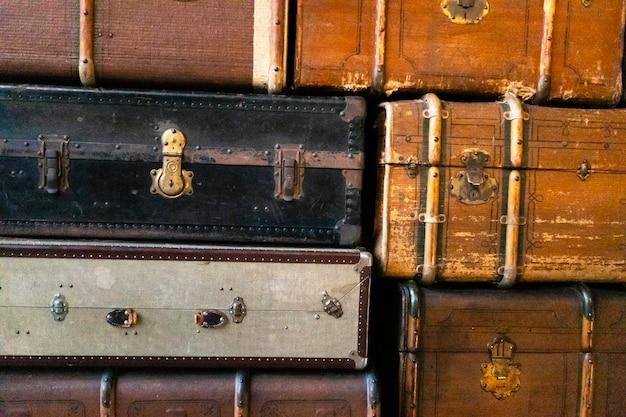 Старые антикварные чемоданы, крупный план. винтаж ретро стиле текстуры. горизонтальное тонированное фото
