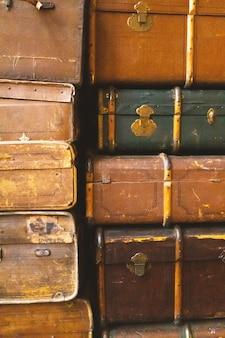 Старые антикварные чемоданы, крупный план. винтаж ретро стиле текстуры. вертикально тонированное фото