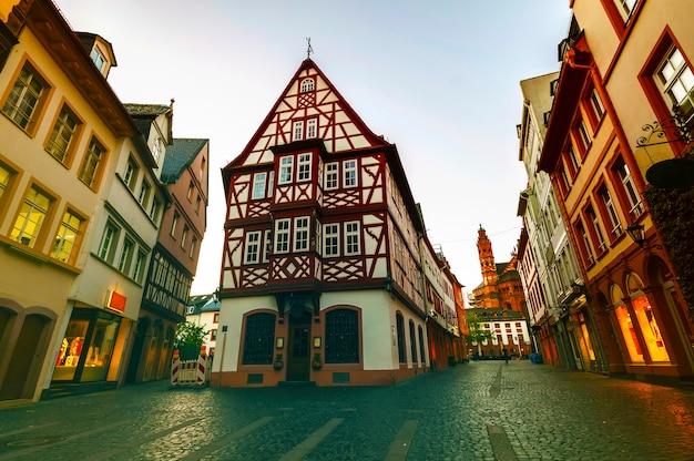 Старые дома архитектуры в центре города майнц недалеко от франкфурта-на-майне, германия