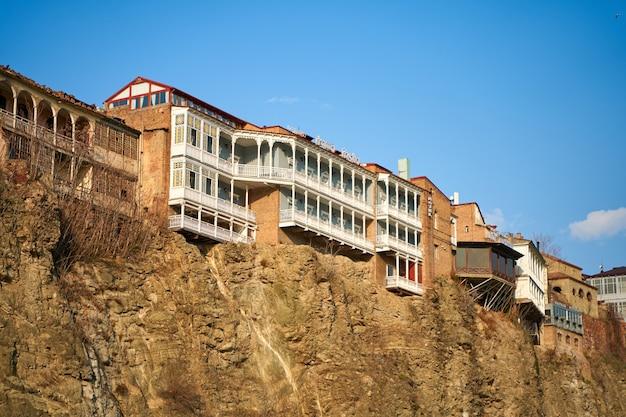 トビリシの古い建築。川沿いの崖の上にある住宅の密集した開発。