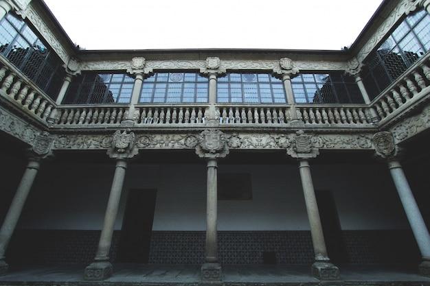 Una vecchia architettura con finestre rinnovate