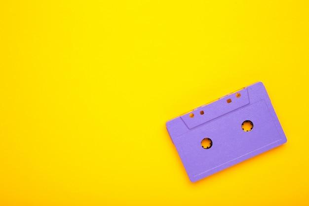黄色の背景に古いオーディオカセット