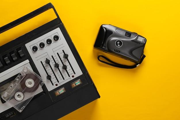 黄色のカメラ付きの古いオーディオカセットプレーヤー。レトロメディア