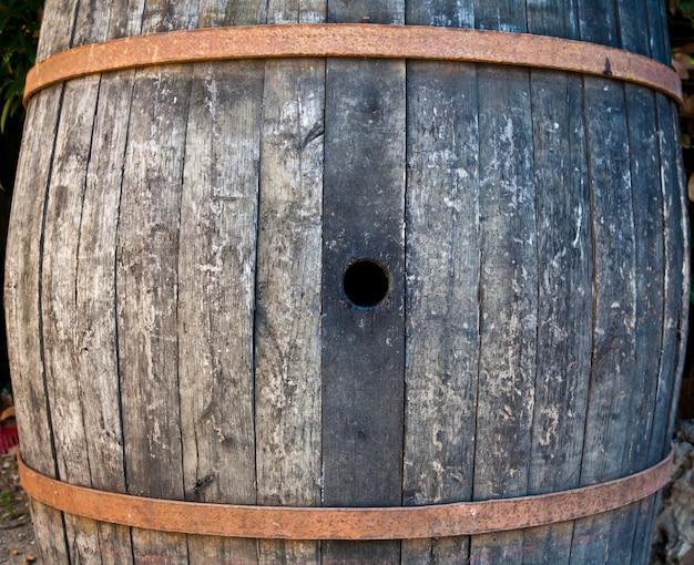 이탈리아 와인 생산에 사용되는 나무로 만든 오래된 배럴