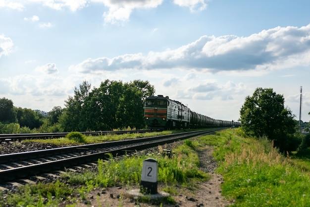 철도에 기름의 오래 된 배럴입니다. 고품질 사진