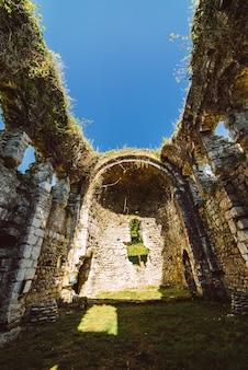 自然を背景に古い美しい廃墟の建物
