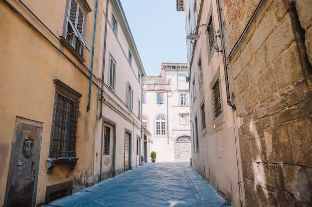 Старые красивые пустые узкие улочки в маленьком городе лукка