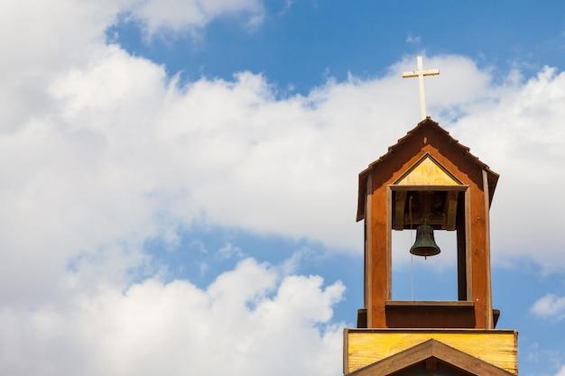 Старый колокол на вершине христианской церкви на юге испании.