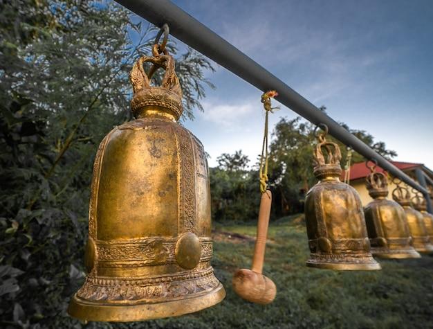 태국의 불교 사원에서 오래 된 종입니다. 프리미엄 사진