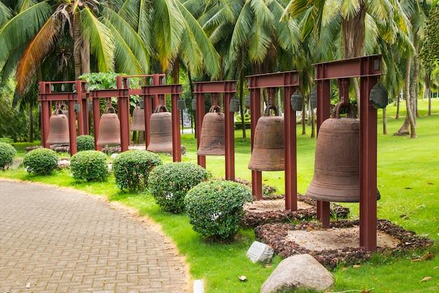Старые колокола рядом с китайским храмом в парке наньшань