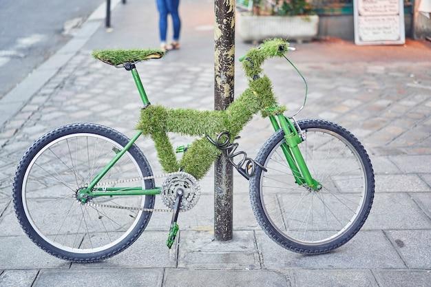 거리에 주차 된 오래 된 자전거