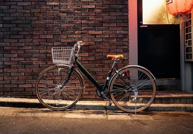 Старый велосипед с коричневыми деталями