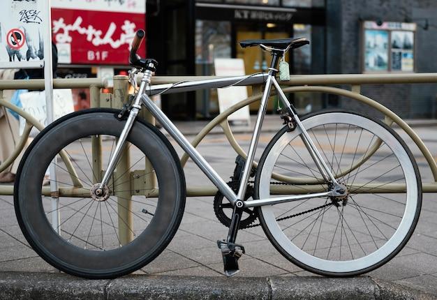 Старый велосипед с разными колесами
