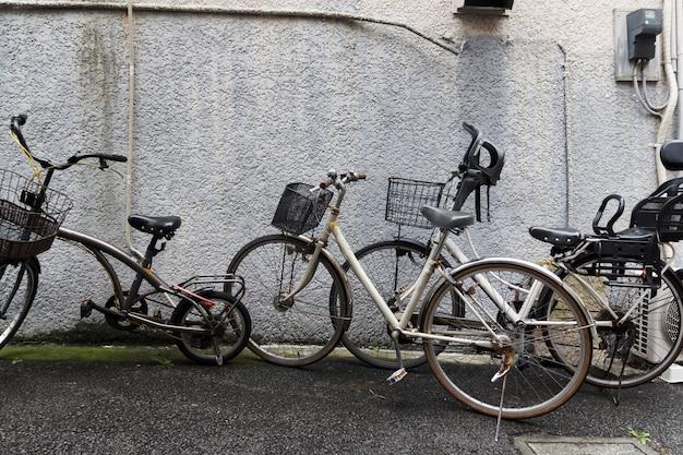 家の外壁に古い自転車。