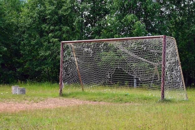 Старый большой футбольный гол с сеткой.