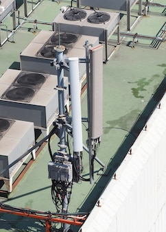 建物の屋上にある古い大きな通信衛星放送受信アンテナ。