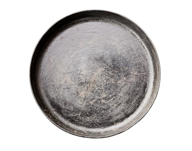 白で隔離される古い黒鋳鉄フライパン