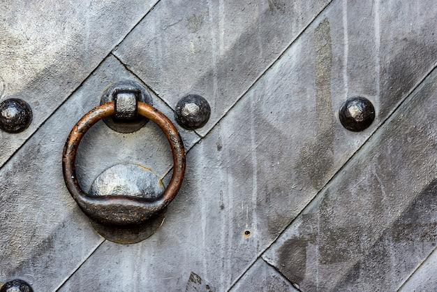 リングノッカー付きテンプルゲートの古い黒い金属製のドア