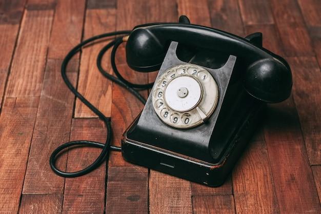床に古い黒電話