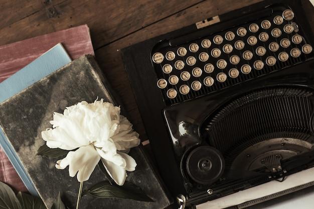 테이블에 종이 가치가있는 오래 된 검은 타자기