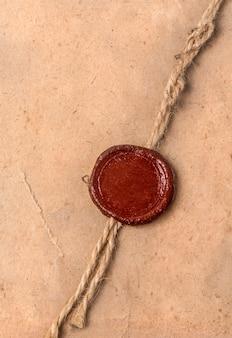 Старый чистый лист бумаги с сургучной печатью и веревкой