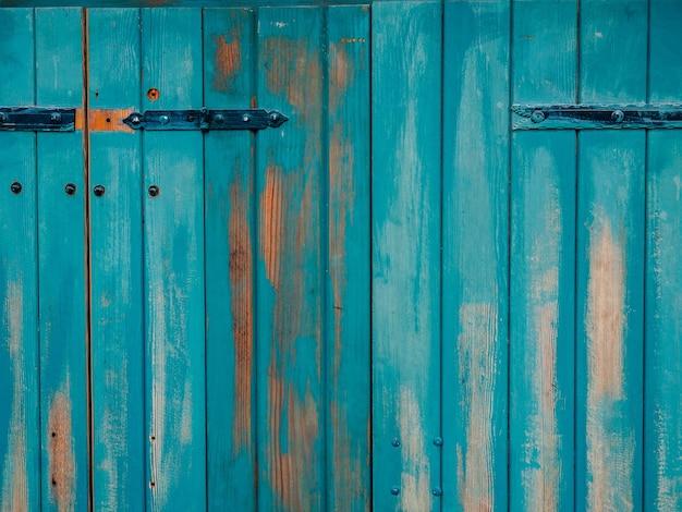 금속의 오래 된 파란 문 나무 질감 질감