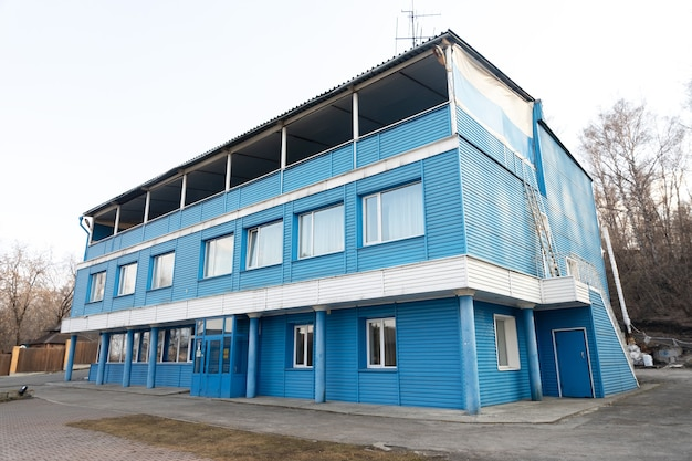 오래된 파란색 삼층 건물