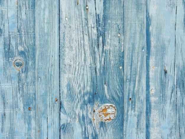 Старая синяя деревянная стена с облупившейся краской