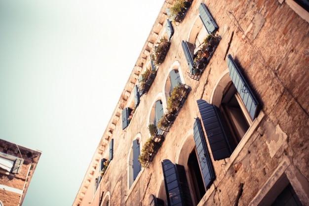 Vecchie finestre di legno blu a venezia