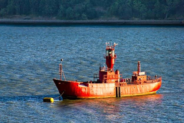 危険な場所を示すハーウィッチ港の古いボート