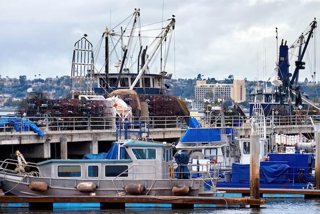 港の古いボートと夕方の桟橋