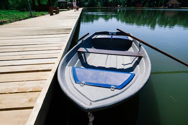 Старые лодки на озере, мир красоты. ретро стиль.